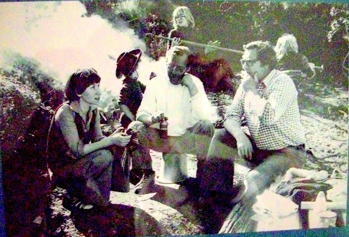 Lilly, Busse und der rote Walter mit den Kindern am Lagerfeuer beim Bau eines Hauses in Südfrankreich Ende der 70er Jahre - auch ne Art der Wohngeneimschaft